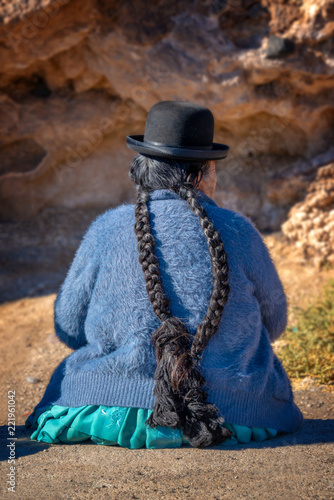 Staande foto Centraal-Amerika Landen Old bolivian woman in traditional outfit with a hat and long braids