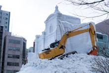 札幌 雪まつり / 終了後雪像を解体するシーン