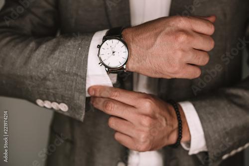 Fotografía  closeup fashion image of luxury watch on wrist of man