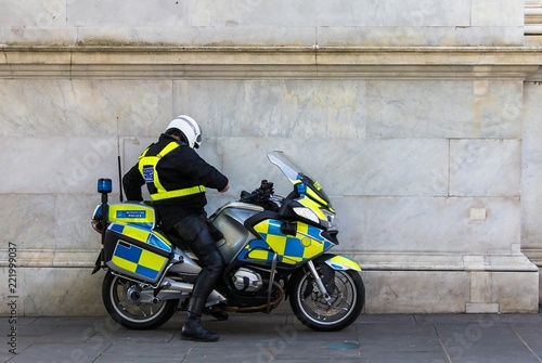 Fotografía  Unrecognizable policeman on the motorbike, on the street near Marble Arch underg