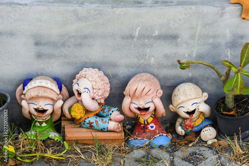 Lachende Tonfiguren im Garten, Thailand