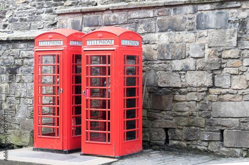 Fotografie, Obraz  deux cabines téléphoniques contre le mur de Castlehill