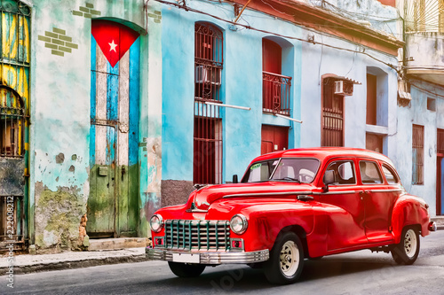 Tuinposter Oude gebouw Classic car and and old building with the cuban flag in Old Havana