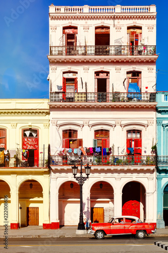 Staande foto Centraal-Amerika Landen Classic car and colorful buildings in Old Havana