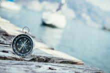 Kompass Auf Holzplanken Eines Steges, Boot Im Hintergrund, Business
