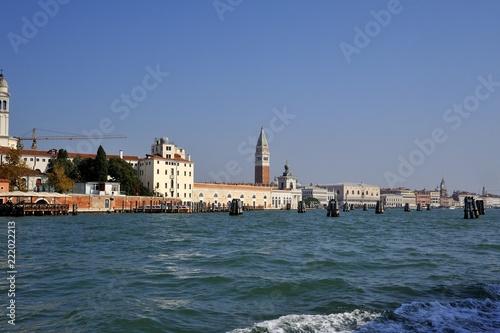 Foto op Plexiglas Venetie Antica città di Venezia vista dal mare con campanile di Piazza san Marco ed i pali per indicare il percorso delle barche dei turisti nel mare
