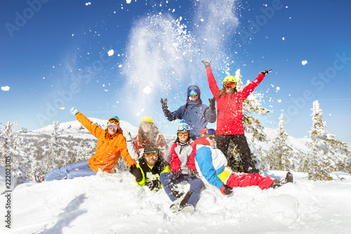 obraz dibond Happy skiers and snowboarders winter vacations