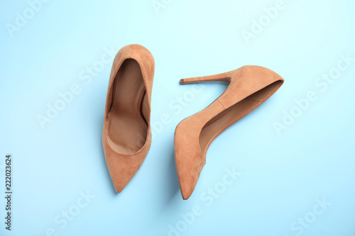 Fotografia  Pair of beautiful shoes on color background, top view
