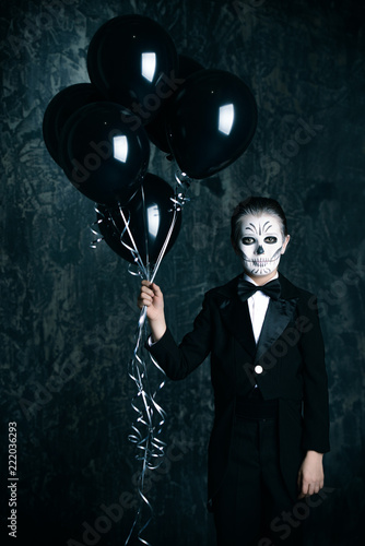Spoed Fotobehang Halloween holding black balloons