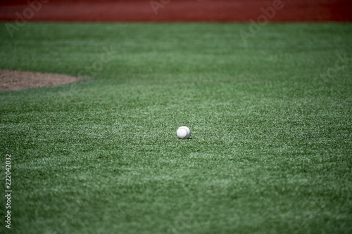 Fotografia  Baseball on the field with first base in the background