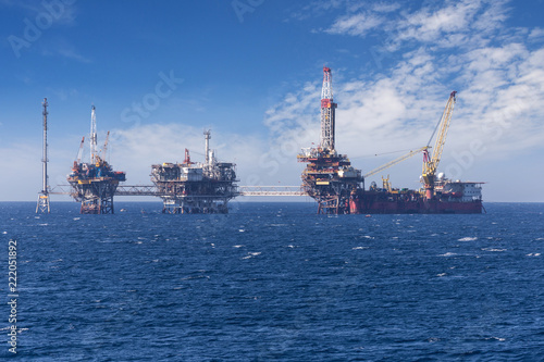 Staande foto Industrial geb. Big offshore oil rig drilling platform complex with anchored ship