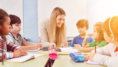 Gruppe Kinder macht Hausaufgaben in Ganztagsschule Canvas Print