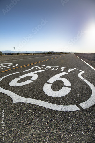 In de dag Route 66 Historic road marker on the trail of Route 66 in California USA