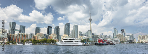 Foto  Downtown panoramic city view of Toronto Canada from Queens Quay and Lake Ontario