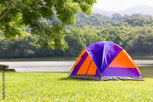 Foto  Dome tent camping at lake side