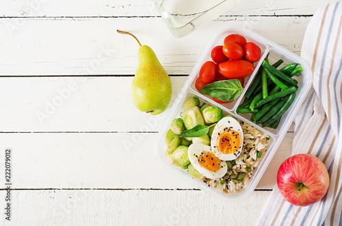 Photo sur Aluminium Assortiment Vegetarian meal prep containers with eggs, brussel sprouts, green beans and tomato. Dinner in lunch box. Top view. Flat lay