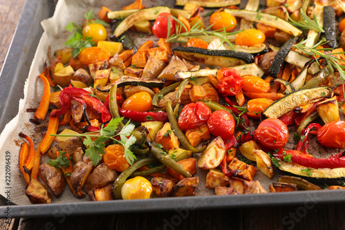 Papiers peints Nature roasted vegetable and herbs