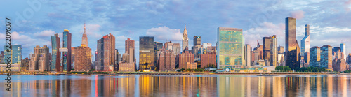 View to Manhattan skyline from the Long Island City at sunrise Canvas-taulu
