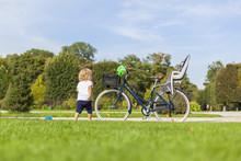 Kind Steht Vor Fahrrad Mit Kin...