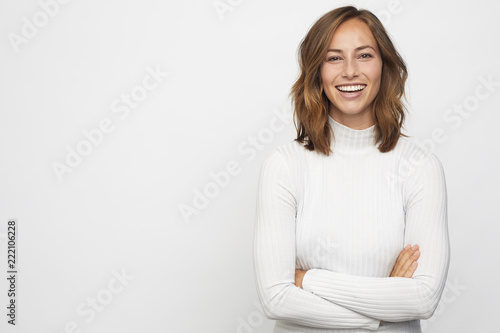 Fotografia  portrait of young happy woman looks in camera