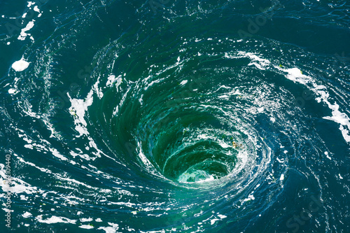 Fotografía  A powerful whirlpool is generated at the surface of the green waters of the river Rance by the action of a turbine of the tidal power station near Saint-Malo in Brittany, France