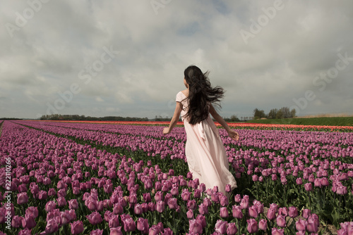 In de dag Cultuur Girl running in flowerfield