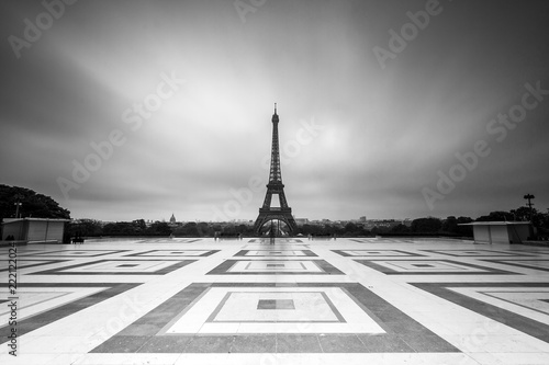 Poster de jardin Tour Eiffel Beautiful view of the Eiffel tower seen from Trocadero square in Paris, France, in black and white