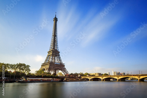 Poster Tour Eiffel Beautiful view of the Eiffel tower at the river Seine in Paris, France