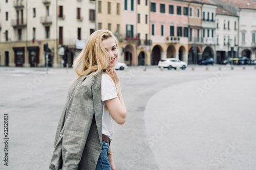 Tela Beautiful young student hipster tourist girl in the city during summer period