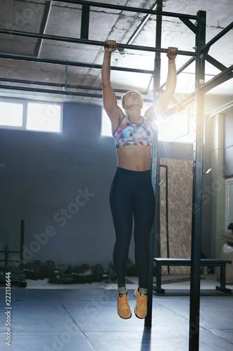 Fotografiet  Sportswoman Training In Crossfit Workout Gym