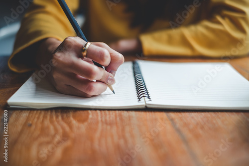 Fotografía  Close up woman hand writing on notebook