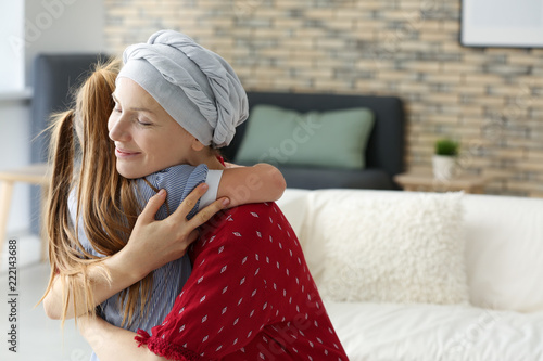 Woman after chemotherapy hugging her daughter at home Fototapet