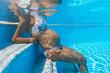canvas print picture - Schwangere Frau sitzt in einem Pool; Unterwasseraufnahme