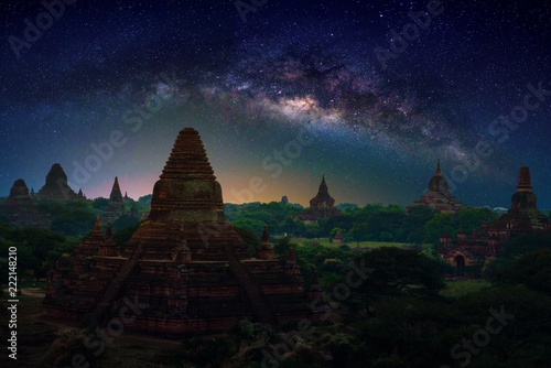 Photo  Landscape image of Ancient pagoda with milky way at sunset in Bagan, Myanmar