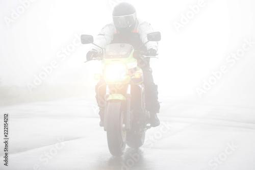 霧の中を走るオートバイ