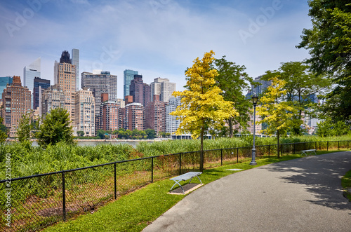 Foto op Canvas New York City Footpath on the Roosevelt Island, Manhattan in background, New York City, USA.