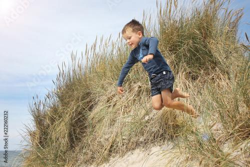 Fotografie, Obraz  Junge tobt am Strand