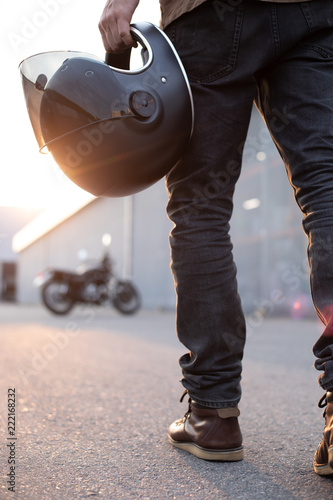 Foto biker guy in front of classic style motorcycle