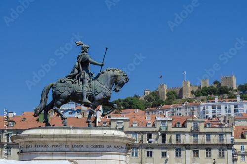 Photo Estatua del rey Joao I en la Plaza Figueiroa y el Castillo San Jorge en Lisboa,