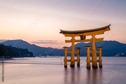 Spoed Fotobehang Japan 厳島神社の大鳥居