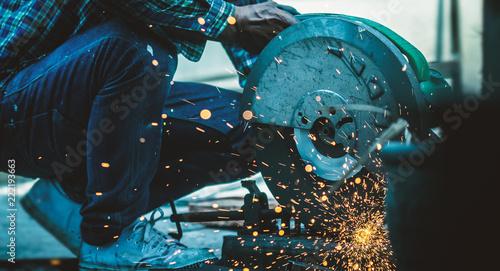 Valokuva  Worker is working on steel cutting.