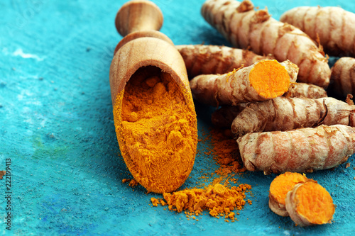 Foto op Aluminium Aromatische Turmeric powder and fresh turmeric on grey background