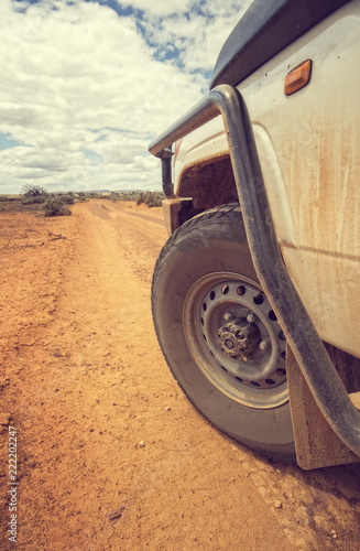 Poster Oceanië South Australia – Outback desert with 4WD on track under cloudy sky