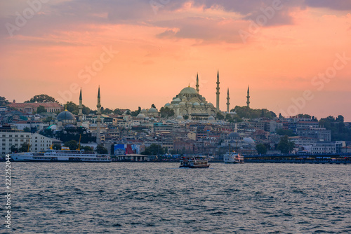 Photo  Galata Bridge and Suleymaniye Mosque in the Fatih district at Golden Horn River before sunset, Istanbul, Turkey