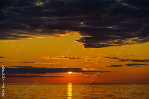 In de dag Ochtendgloren baltic seaside with red sun goes down