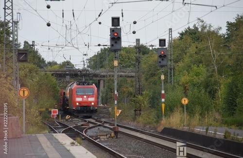 Fotobehang Spoorlijn Blick auf Bahngleise und Zugverkehr