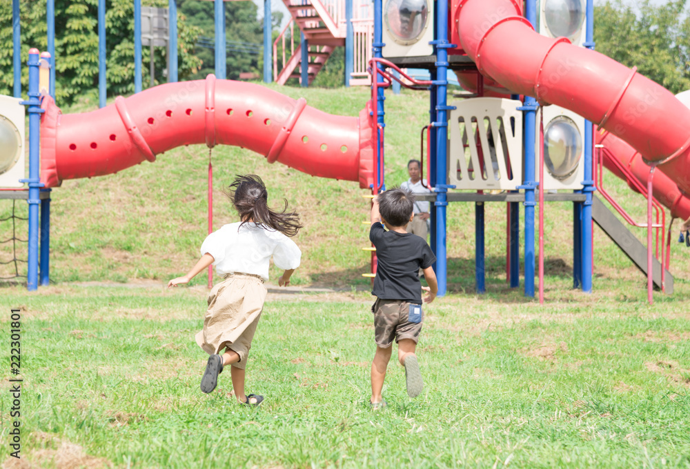 Fototapeta 公園で遊ぶ子供
