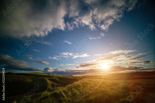 Foto  Green grass meadow in iceland with early morning