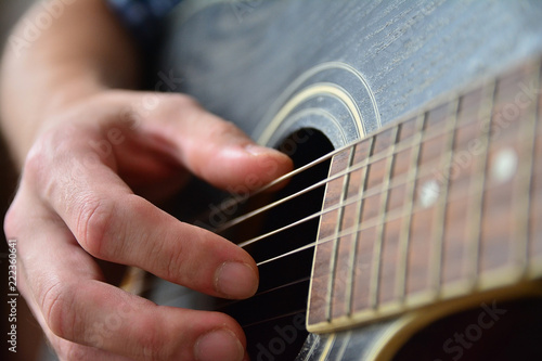 Fotografering  Playing the Wooden Acoustic Guitar