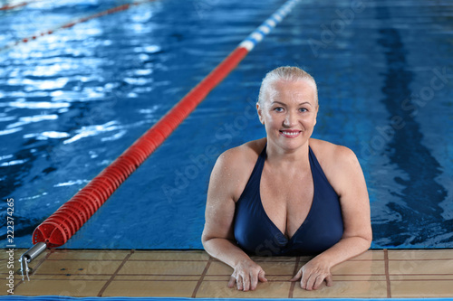 Tuinposter Ontspanning Sportive senior woman in indoor swimming pool